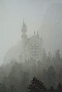 Neuschwanstein dans la brume en hiver