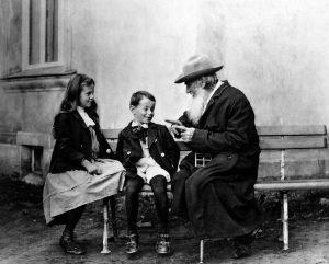 Tolstoi avec ses petits-enfants - Source Pinterest
