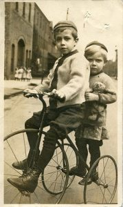 Two bys on a tricycle - Photo ancienne - Source Pinterest
