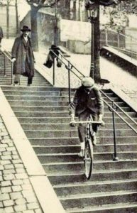Pierre Labrie - Montmartre - descend les escaliers du funiculaire en vélo - 1922 - Source Pinterest