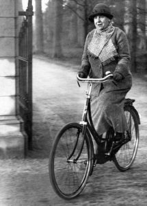 Wilhelmina Helena Pauline Maria, reine des Pays-Bas en vélo jardins du palais de Soestdijk 1938 - Source Wikipédia