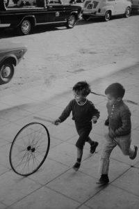 Henri Cartier-Bresson - Enfants jouant dans la rue - Source Pinterest