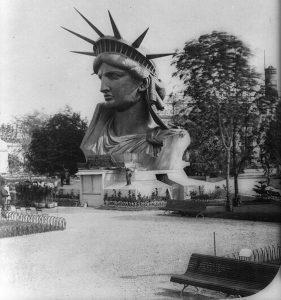 Exposition tête de la statue - Champ de Mars - Source Pinterest